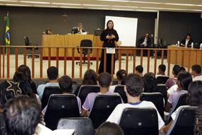 Promotora de Justiça faz palestra no Tribunal Juri